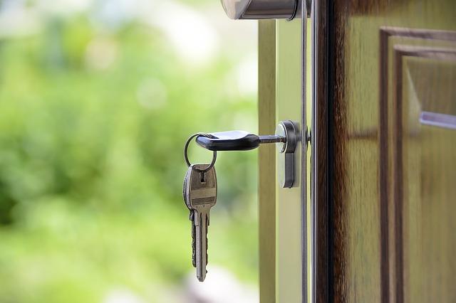 Dobrze dobrana klamka do wejściowych drzwi