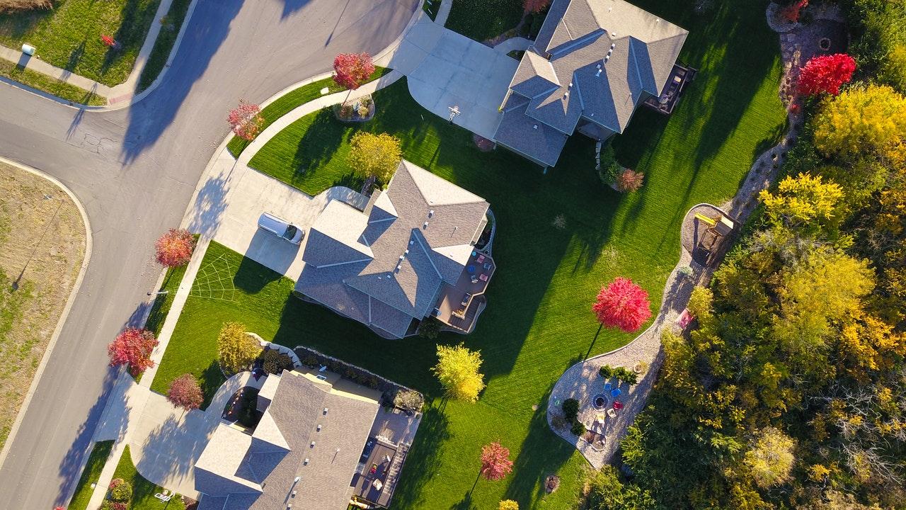 Na własną rękę czy z pomocą pośrednika nieruchomości – jak lepiej szukać mieszkania? Tylko fakty i bez owijania w bawełnę