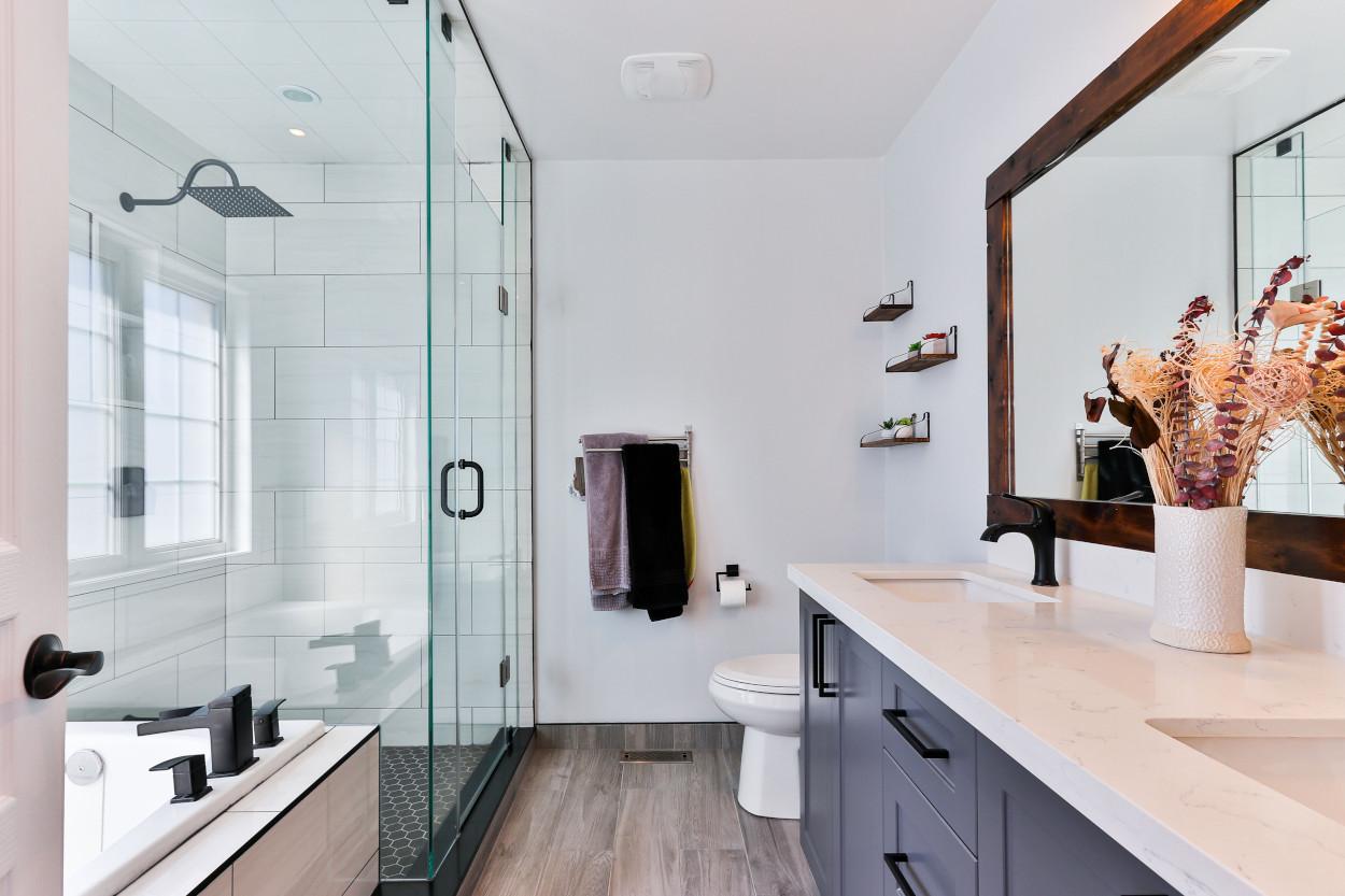Jak odmienić aranżację starej łazienki i dodać jej polotu? Tanie kontra droższe rozwiązanie